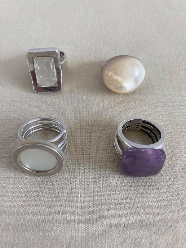 Lot van 4 zilveren ringen met een natuursteen
