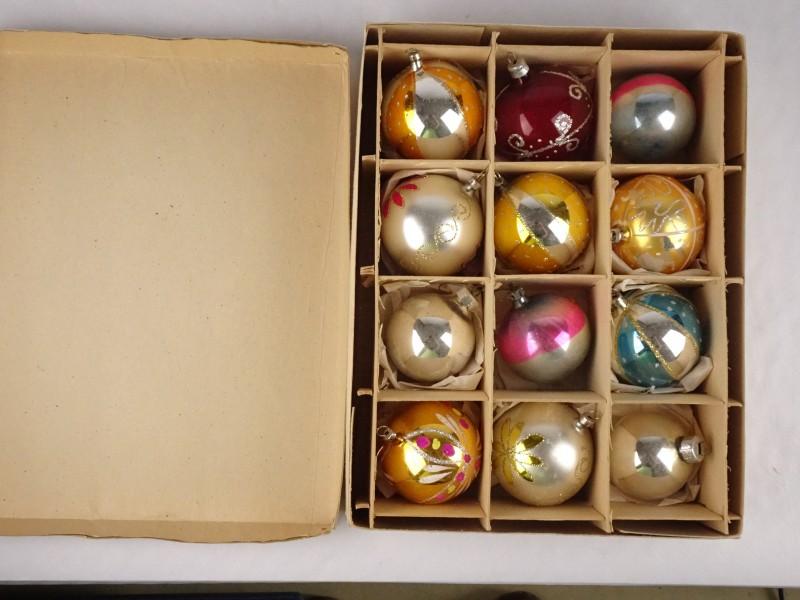 12 vintage kerstballen in beschermdoos.