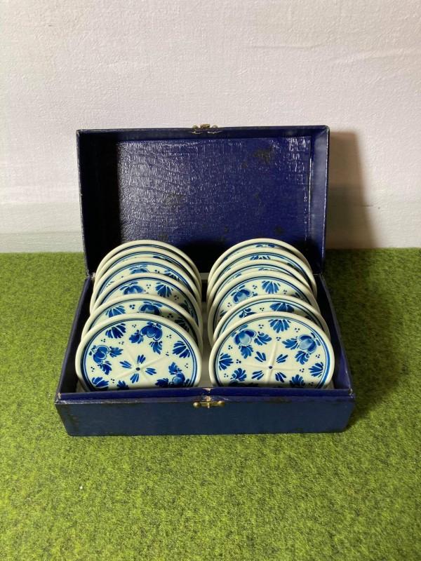 Doosje met 12 Delfts blauwe porseleinen onderzetters