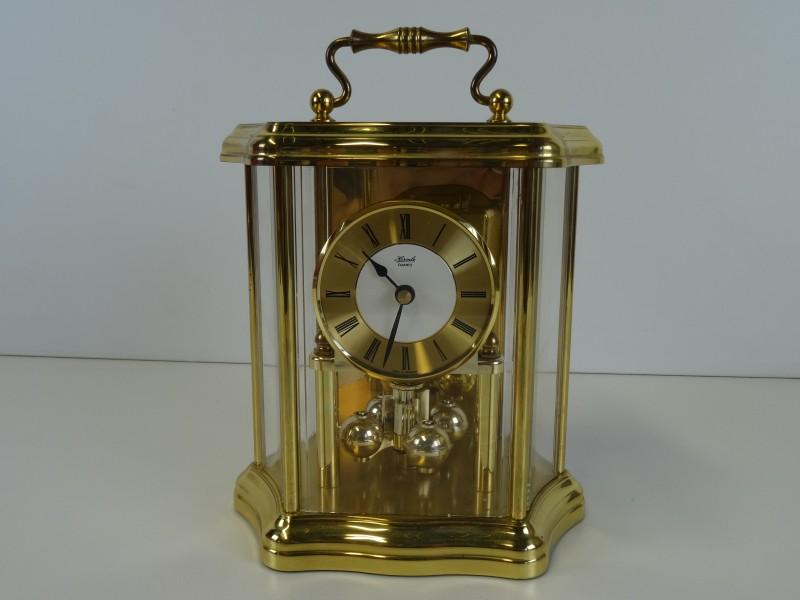 Vintage goudkleurige 'Hermle Quartz' slinger klok achter glas