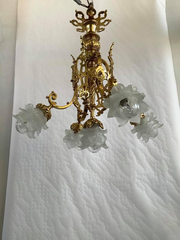 Antieke koperen hanglamp met 5 glazen kappen in bloemvorm