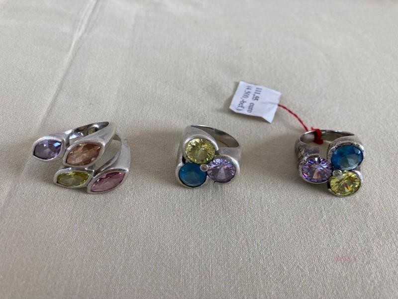 3 zilveren ringen met gekleurde steentjes in
