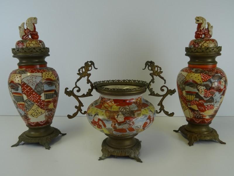 antiek Satsuma porcelein: 3 decoratieve schouwgarnituren