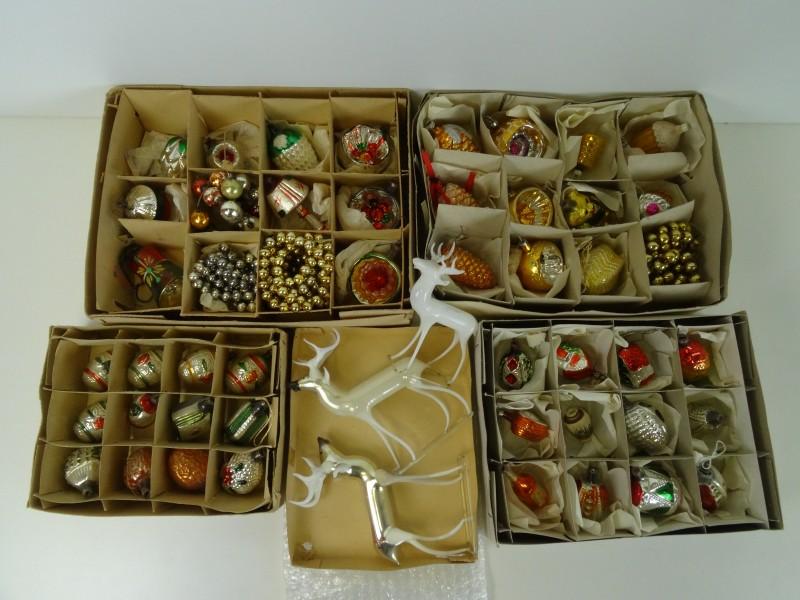 Oude kerstballen en slingers + 3 herten