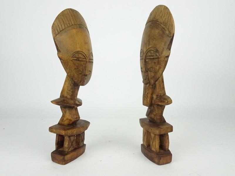 2 mooi afgewerkte houten beeldjes, man en een vrouw.