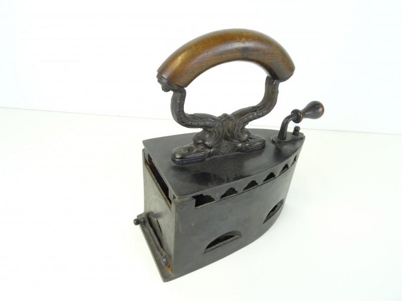 Oude kolen strijkijzer