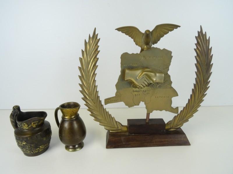 Messing beeld op houten voet + 2 bronzen kannetje