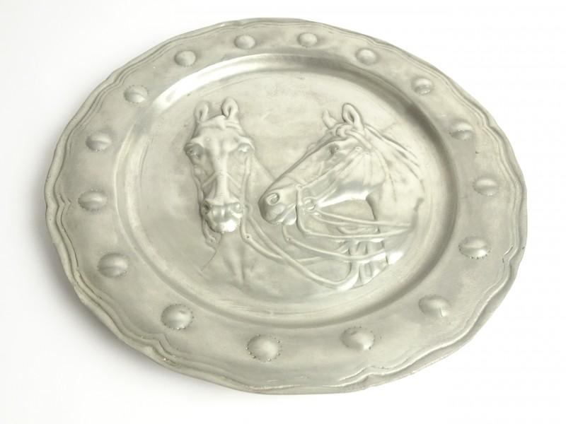 Tinnen schotel met afbeelding van 2 paardenhoofden