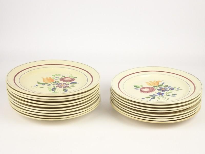 18 stuks vintage aardenwerk borden.