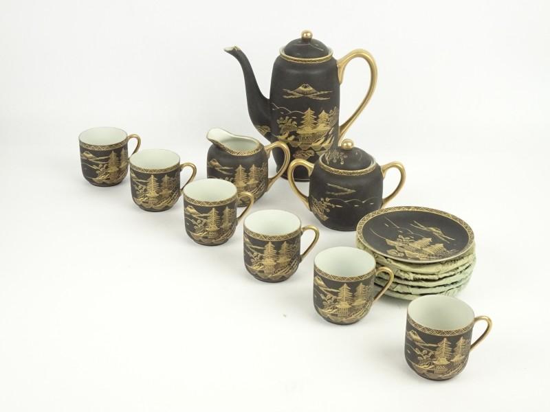 Complete thee-set uit eierschaalporselein.