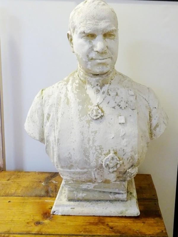 Groot oud borstbeeld van Guido Gezelle