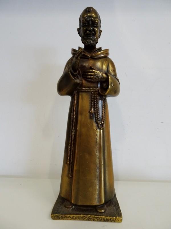 Goudkleurig beeldje van een pastoor/monnik