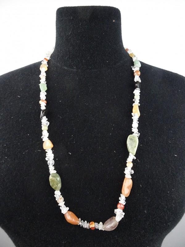 Ketting van verschillende natuurstenen en bergkristal.