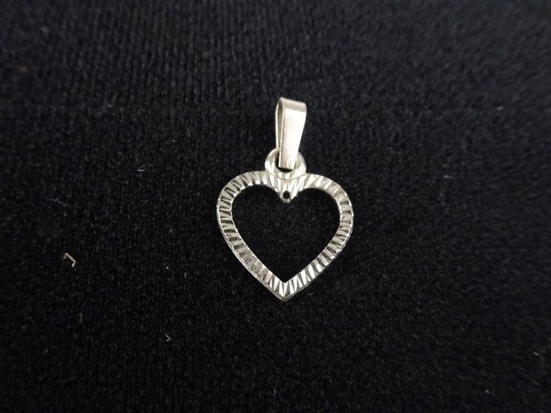 A835 zilveren hangertje in de vorm van een hartje.