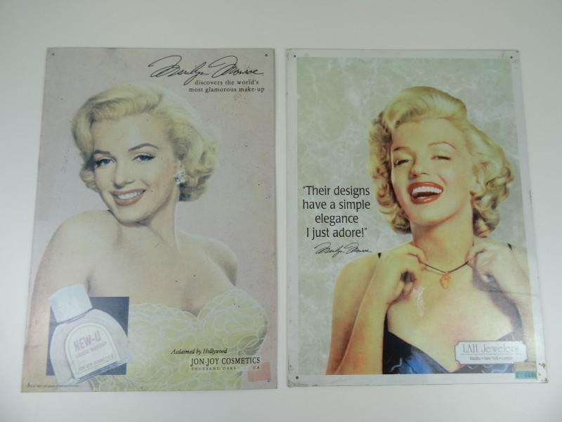 2 metalen reclamepaneeltjes juwelen en make-up.