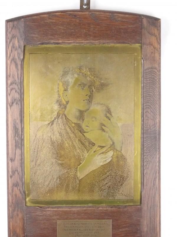 Vintage metalen koperkleurige muurdecoratie met moeder en kind.