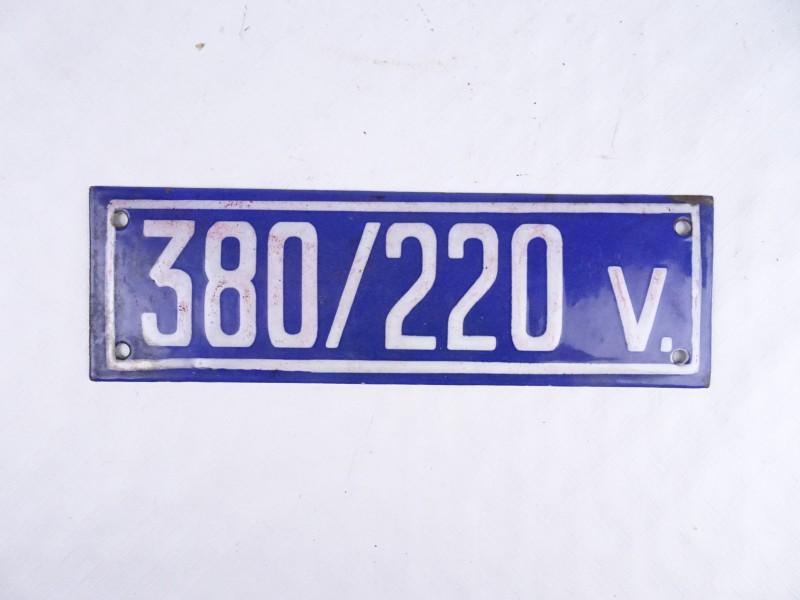 Prachtig emaille bord 380/220V. (24 op 7 cm.)