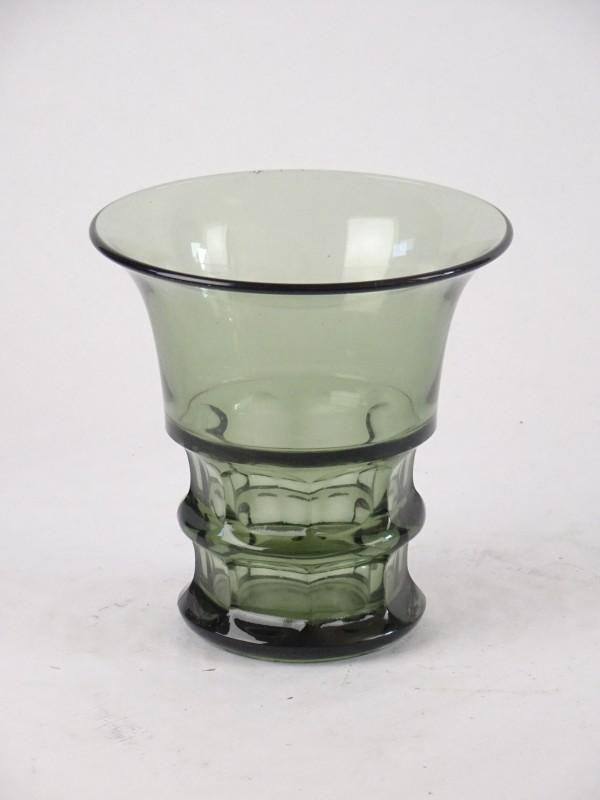 Vaas uit groen glas. ø16,5 cm.