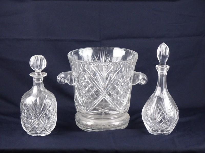 Vintage glaskristallen flessen met dop en bijhorende ijsemmer.