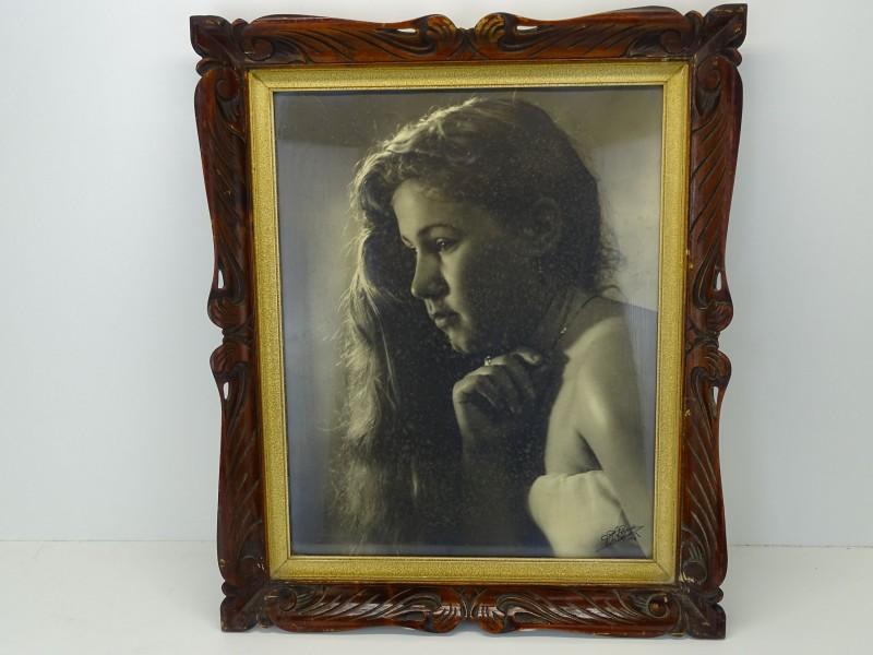 Antieke Kader met Gehandtekende Foto: Jonge Dame (Hand), A. Van Den Eynde, 1953