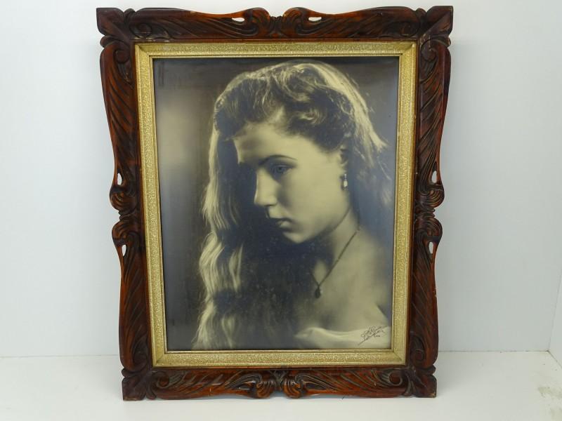 Antieke Kader met Gehandtekende Foto: Jonge Dame, A. Van Den Eynde, 1953