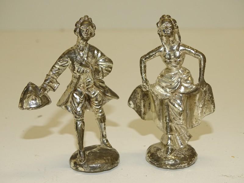 2 Tinnen Figuren: Groetende Edelman en Vrouw