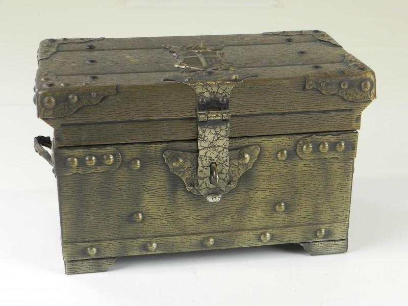 Een koffertje met een gin/scotch karaf en 6 borrelglaasjes
