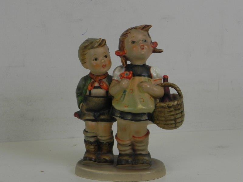 Goebel - hummel beeldje jongen en meisje met mand naar de markt