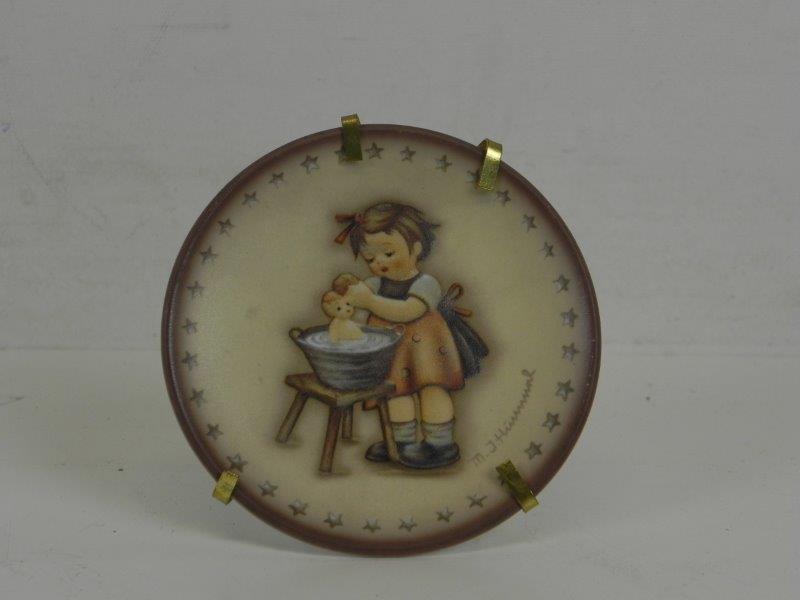 Goebel - hummel beeldje Meisje wast een babypop