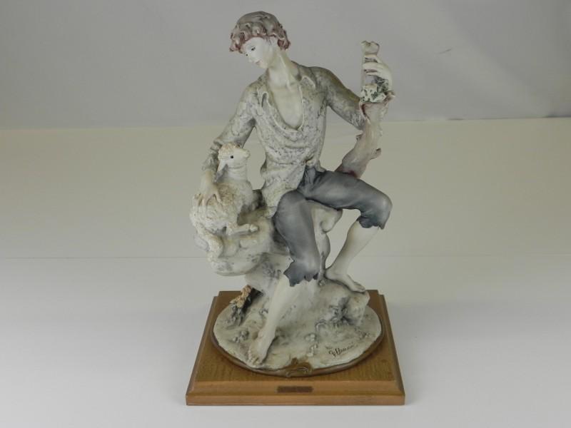Guiseppe Armani: biscuit Capodimonte  porseleinen beeldje van schapenherder 1982 Florence