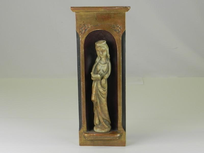 Antieke schrijn met een vrouwelijke heilige met boek