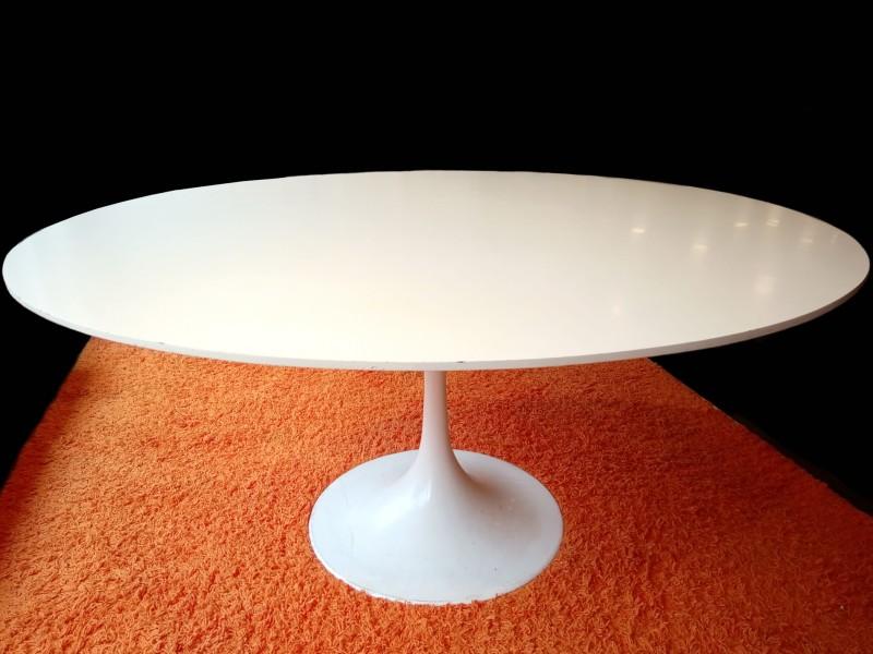 Tulip table, naar model van Eero Saarinen