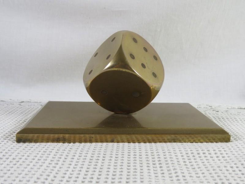 Paperweight in de vorm van een koperen dobbelsteen