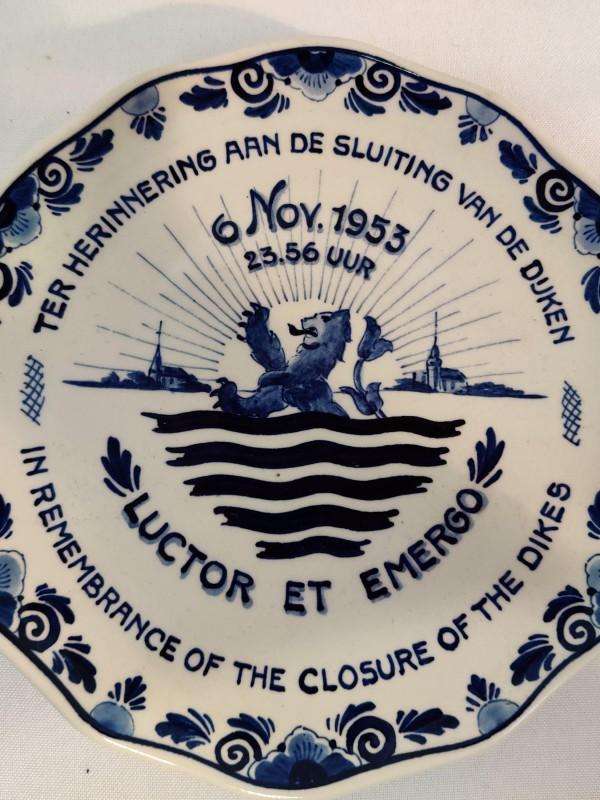 Bord ter  herinnering aan de sluiting van de dijken
