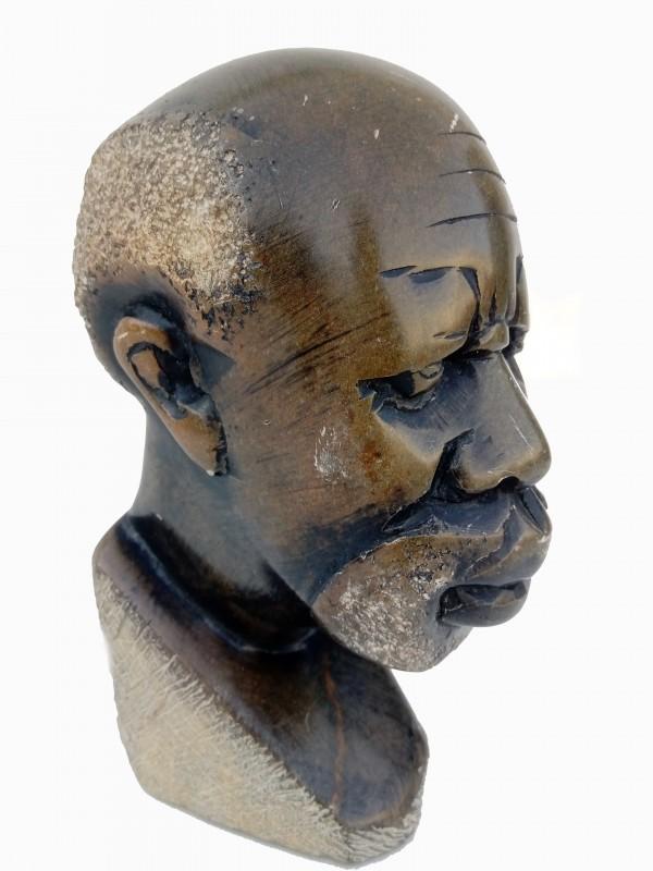 Steensculptuur van Afrikaanse man