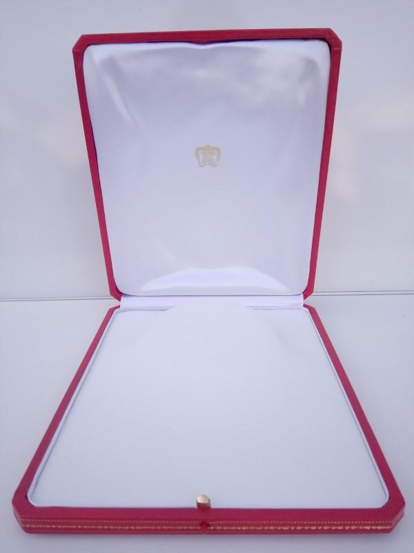 """Cartier halskettingdoos inclusief het parelhalssnoer ( geen """"Cartier"""" maar namaak)"""