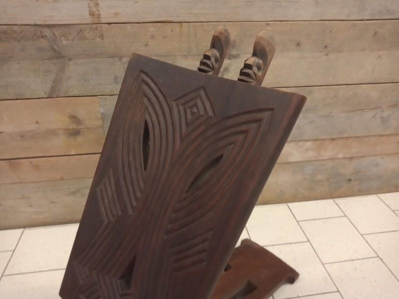 Etnisch zitmeubel met rug in houtsnijwerk