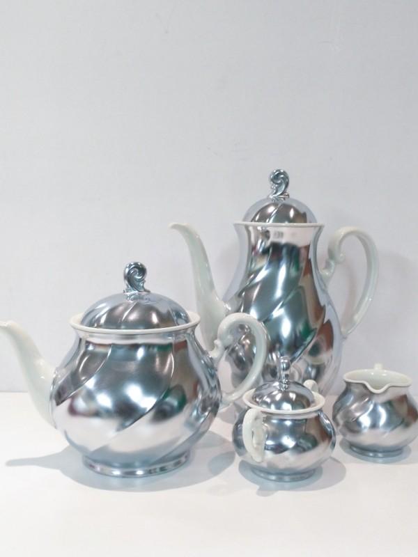 Vintage 4 delig  porseleinen verzilverd koffie/thee set, gelabeld: Inalterable Demeyere (jaren 60)