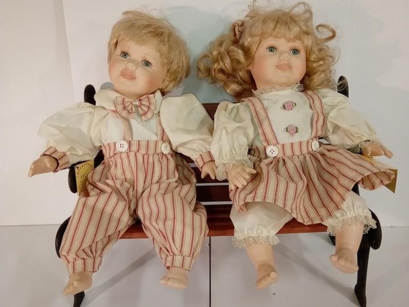 Porseleinen poppen op een zitbank