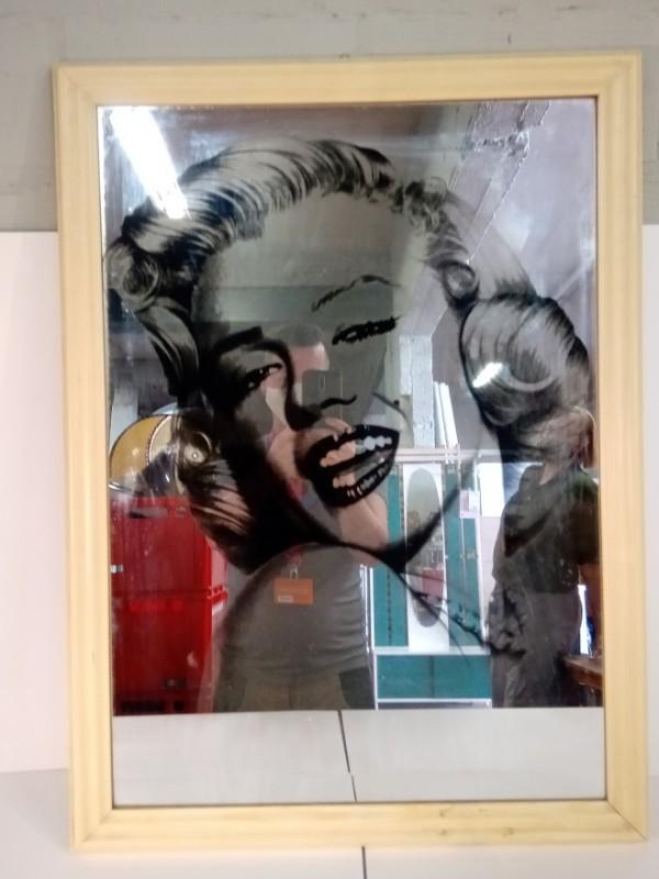 Spiegel met een sticker van Marilyn Monroe