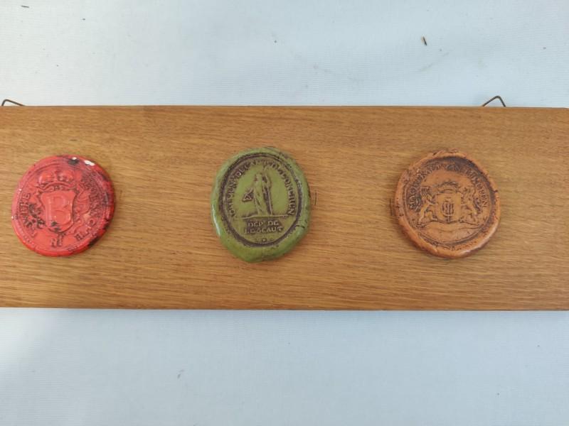 3 zegels op houten plankje
