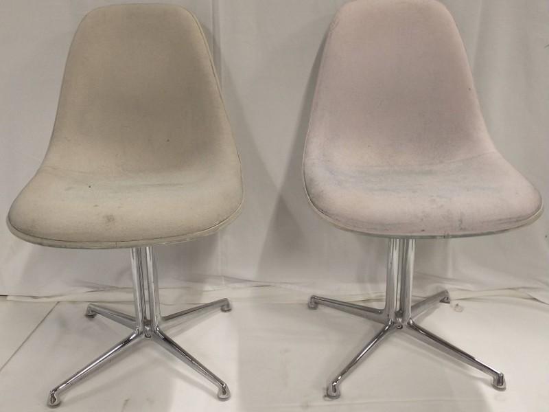 2 Vitra Charles Eames fiberglass stoelen