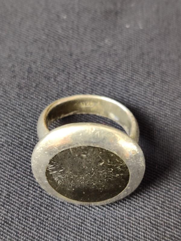 Zilveren met ronde zwarte bovenkant