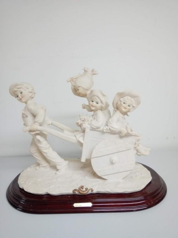 beeld : man met kar, vrouw en 2 kinderen (biscuit)