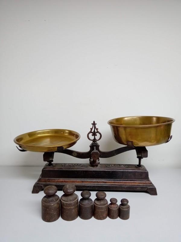 antieke koperen weegschaal