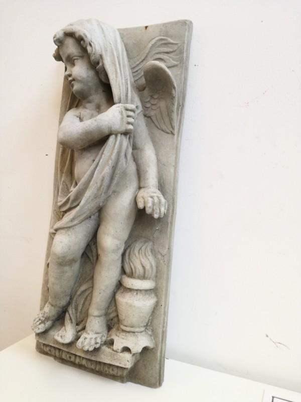 Prachtig groot beeld van een engel in steen.