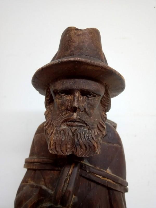 houten beeld: man met rugzak