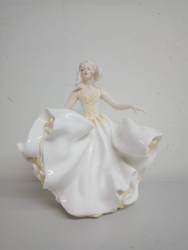porseleinen beeldje: vrouw met zwierige jurk