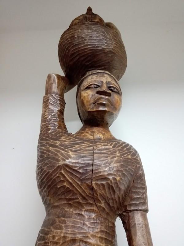 groot Afrikaans houten beeld: vrouw