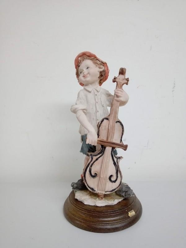beeldje: kind met viool